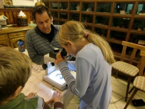 Dr. Martin Koziol/ Leiter Maarmuseum Manderscheid und teilnehmende Kinder